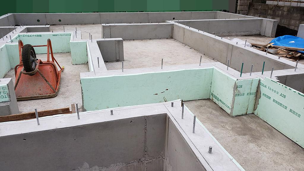 立ち上げ部分のコンクリートを打設し、型枠が外れたところ(6月5日)