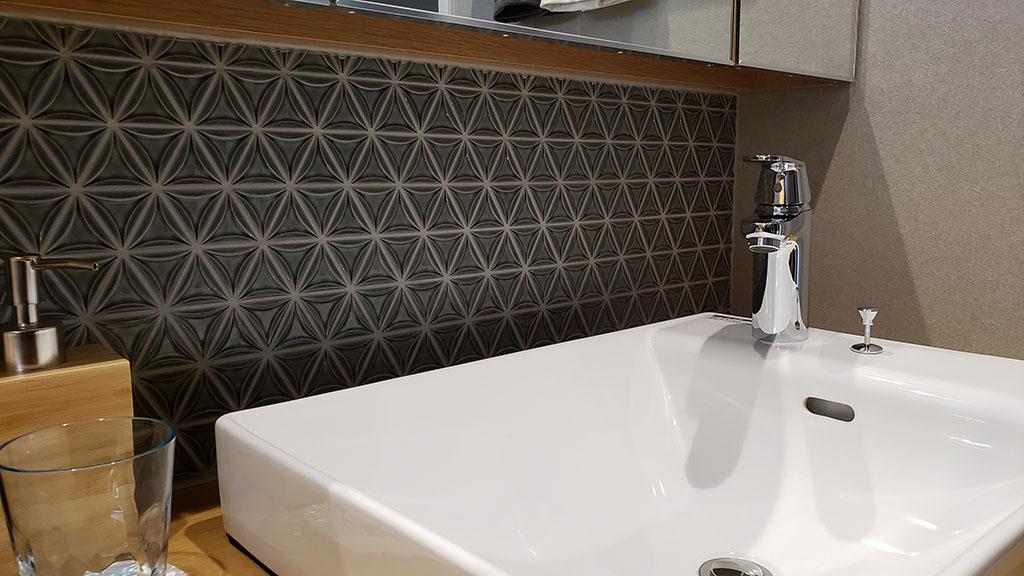 クレストの洗面台には和風のタイルが…