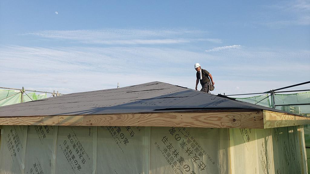 シートで覆われた屋根