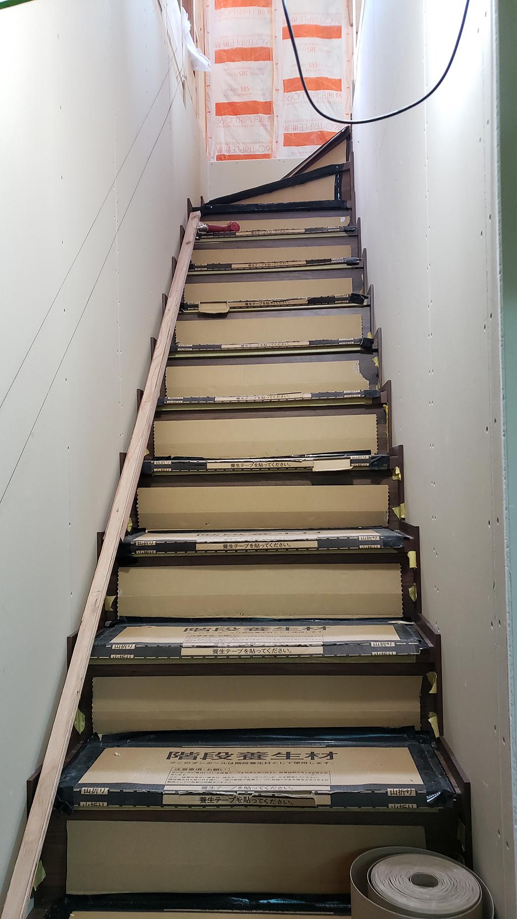 2階から3階に上がる階段(7月10日)