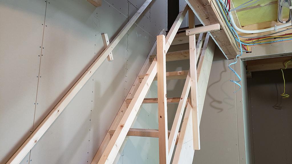 手摺りまで付いた仮設階段