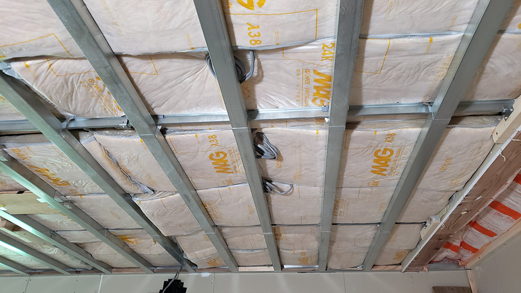 天井で組まれたフレームと断熱材(7月27日)