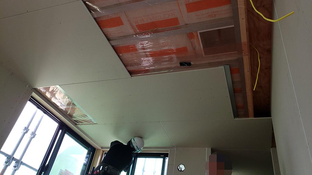 石膏ボードが貼られた天井(7月30日)