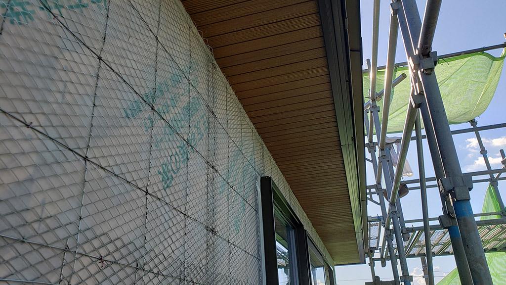 外壁に取り付けられたラス網(8月4日)