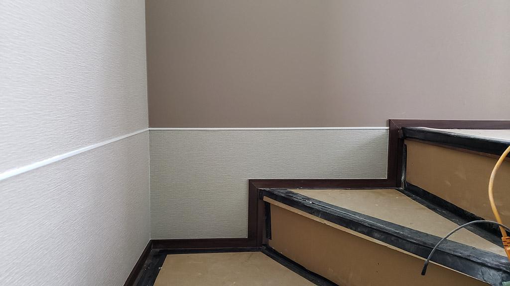階段正面の見切材の下は上と同じクロスが正しい