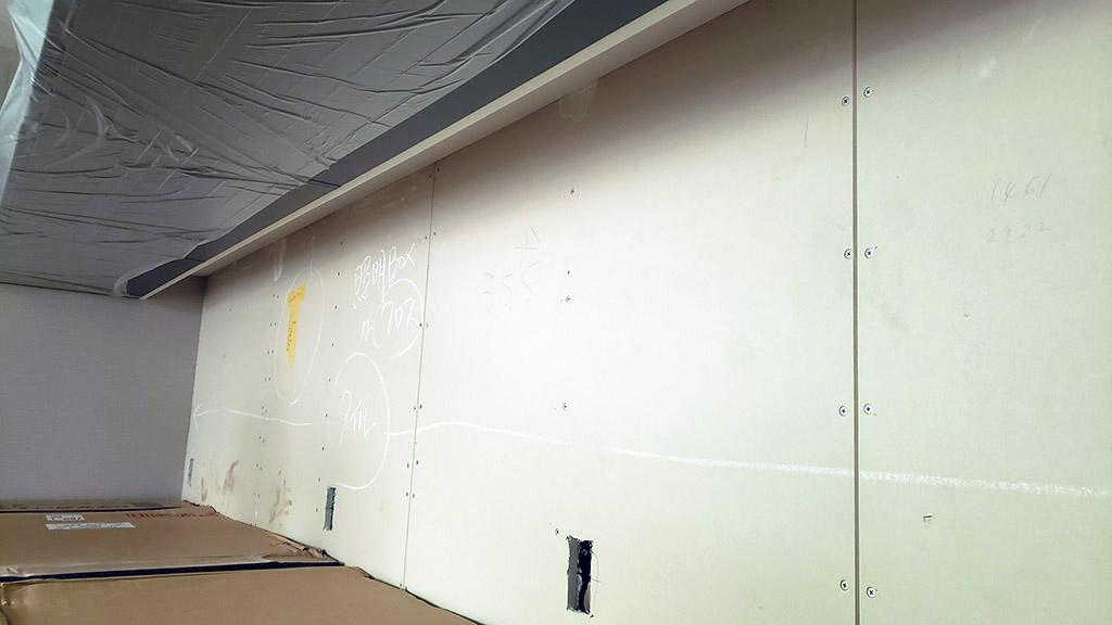 ウォールキャビネットの背面のふかし壁